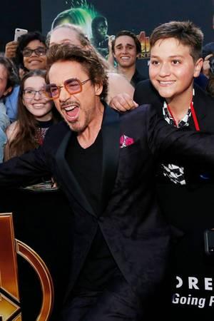 """""""Iron Man"""" (Robert Downey Jr.) feiert mit den Fans den Start von""""Avengers: Infinity War""""."""