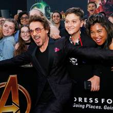 """Iron Man"" (Robert Downey Jr.) feiert mit den Fans den Start von ""Avengers: Infinity War""."