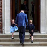 Auftritt wie eine ganz Große: Prinzessin Charlotte steckt den Trubel wie ein Profi weg und winkt den Fotografen zu, bevor es mit Papa William und Bruder George rein ins Hospital geht.