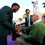 Chadwick Boseman begrüßt Legende Stan Lee auf dem roten Teppich.