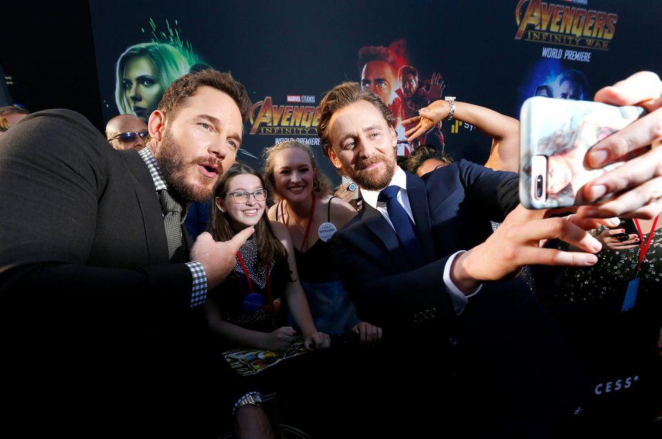 Bitte lächeln! Chris Pratt und Tom Hiddleston fotografieren sich mit den wartenden Fans.