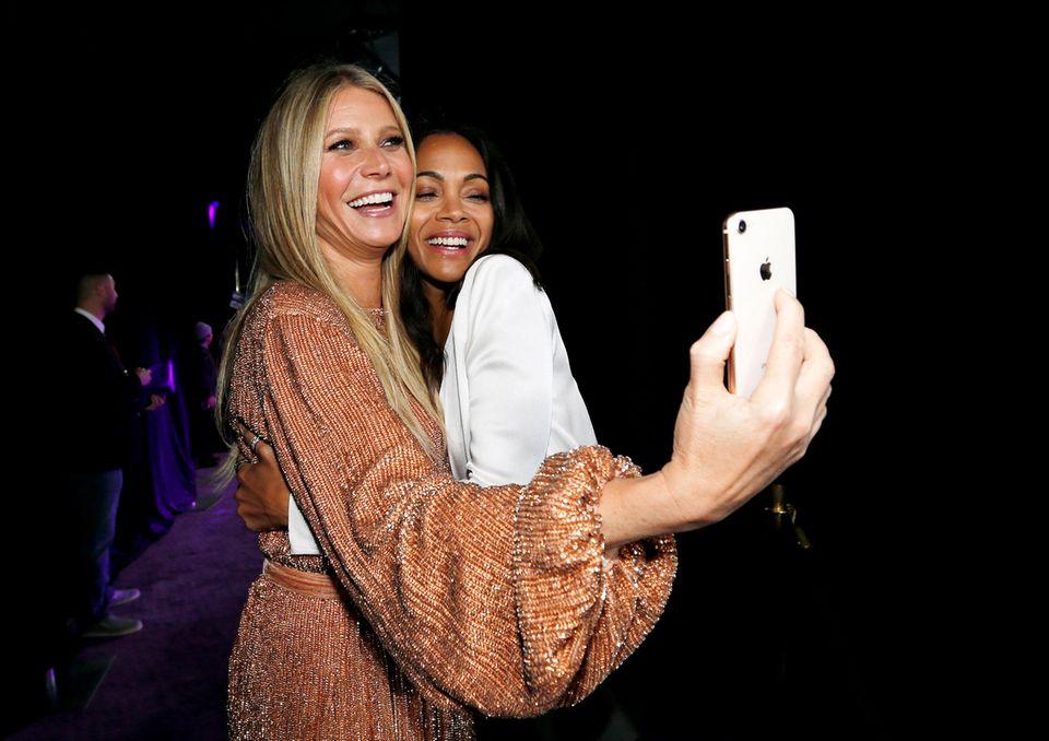 Gwyneth Paltrow und Zoe Saldana machen ein gemeinsames Erinnerungsselfie.
