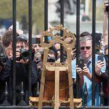 Es handelt sich selbstverständlich um das dritte Kind des Prinzen William und seiner Frau Catherine. Fotografen und Fans zücken ihre Fotoapparate und Handys.
