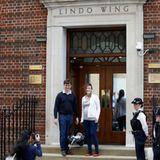 """Einmal wie William und Catherine fühlen: Ein bürgerliches Paar mit Baby lässt sich auf den Stufen vor dem """"Lindo Wing"""" ablichten."""