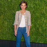 Das Tweed-Jäckchen könnte schnell altbacken wirken. Doch katie Holmes weiß sich zu helfen und kombiniert es mit einer stylischen Jeans und Trend-Pumps.
