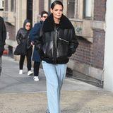 In XXL-Fliegerjacke und weiter Jeans könnte Katie Holmes nicht cooler aussehen. Ihr gegeltes Haar passt da nur perfekt.