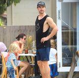 Muskulös geht es bei Chris Hemsworth auch im wahren Leben zu. Hier spielt er den Super-Dad von drei Kindern.