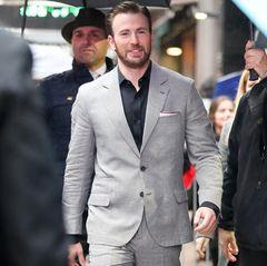 Im wahren Leben tauscht Chris Evans sein Schild gegen einen schicken Look ein und trumpft - besonders bei weiblichen Fans - mit seinem smarten Aussehen auf.