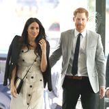 18. April 2018  Stylisch wie immer sind Meghan Markle und Prinz Harry bei ihrer Ankunft des Commonwealth Youth Forums in London. Liebevoll berührt der Prinz seine Meghan.