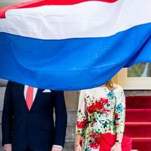 Schatz, ich seh nur noch Blau: Es ist eine offizielle Begrüßungszeremonie von äußerster Wichtigkeit, doch das scheint niemand der rebellischen Flagge erklärt zu haben ...
