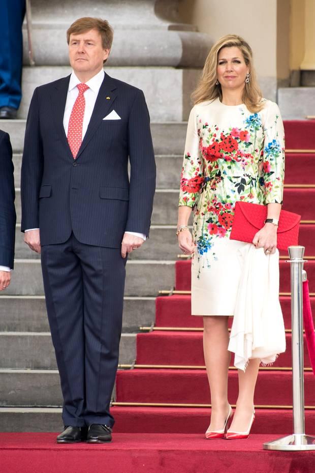 Da muss der Fotograf eben in die Hocke gehen, um das Königspaar der Niederlande Willem-Alexander und Königin Máxima besser sehen zu können.