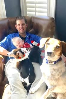 22. April 2018  Papa Eric kuschelt mit Söhnchen Luke Trump und den beiden Hunden auf dem Sessel. Der kleine Luke ist mehr damit beschäftigt, die Hunde zu beobachten als in die Kamera zu schauen.