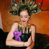 Amber Heard möchte ihre Geburtstagstorte am liebsten garnicht mehr loslassen.