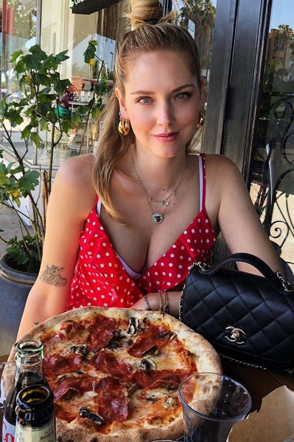 Beim Anblick dieser Pizza läuft einem doch glatt das Wasser im Mund zusammen. Star-Bloggerin Chiara Ferragni beim Lunch in Los Angeles.