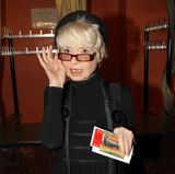 """Ingrid Steeger  In den 1970er Jahren wird sie mit der Sendung """"Klimbim"""" bekannt. Jahrzehnte später überraschen Medienberichte mit Nachrichten, welche Ingrid Steeger als Harz-IV-Empfängerin bezeichnen. Der ehemalige Star leidet unter Depressionen. In der Sendung """"Maischberger"""" erzählt sie:""""Das hat mich alles nicht interessiert. Ich habe Briefe und Rechnungen nicht geöffnet."""" 2011 bekommt sie wieder eine Fernsehrolle, welche es ihr ermöglicht hat, ohne staatliche Hilfe zu leben."""