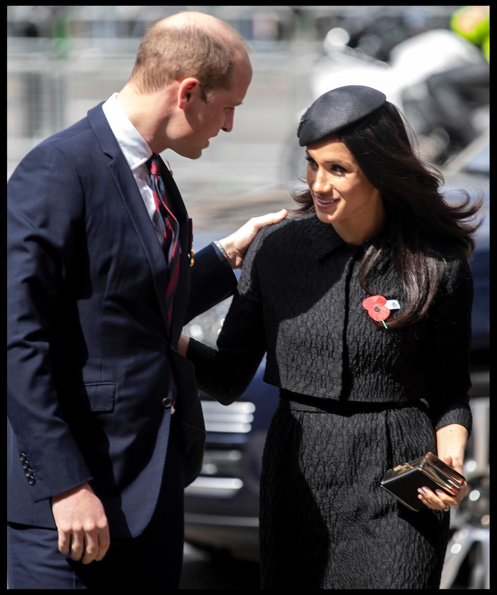 Prinz William und Meghan Markle begrüßen sich kurz vor dem Gottesdienst anlässlich des Anzac Days. Die Gesten der beiden deuten auf ein herzliches Verhältnis hin.