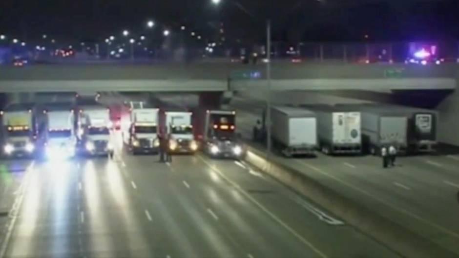 Rettung in letzter Sekunde: 13 LKW stellen sich unter Brücke, um Schlimmes zu verhindern