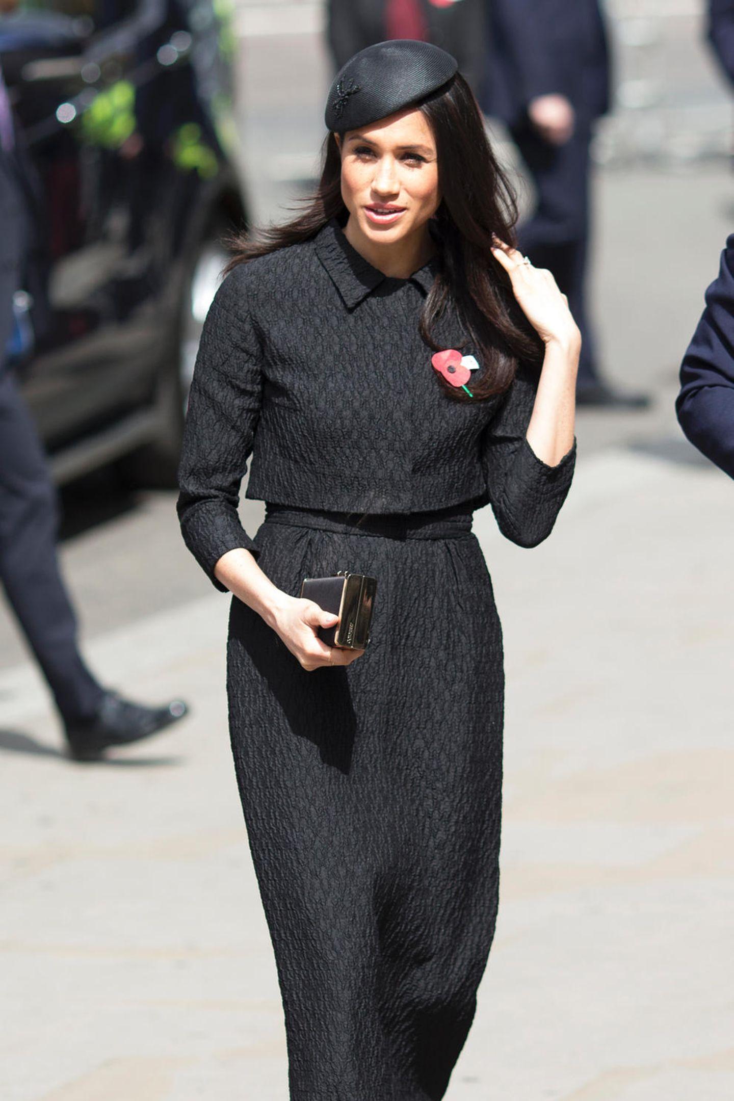 Während Meghan diese Kreation der neuseeländischen Designerin Emilia Wickstead anlässlich der Anzac Days in schwarz trug ...