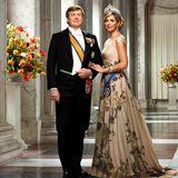März 2018  Seine Majestät König Willem-Alexander und Königin Máxima präsentieren sich im Palast von Amsterdam. Sanft schmiegt sich die Königin um die Armes ihres Mannes, König Willem-Alexander.
