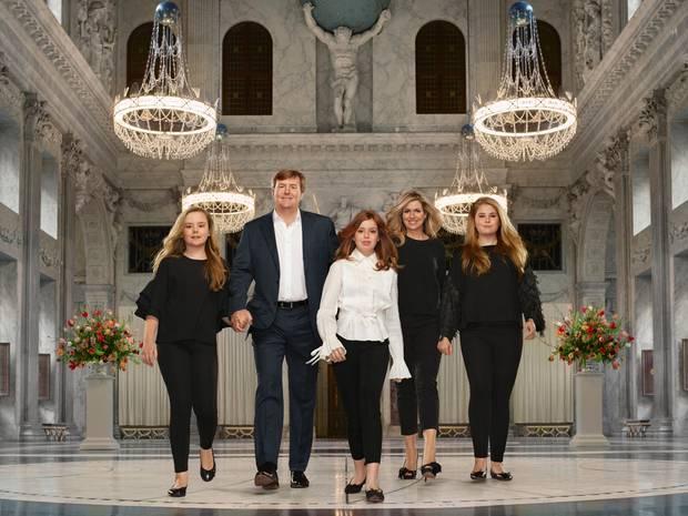 März 2018  Die neuesten Bilder der niederländischen Königsfamilie zeigen Willem-Alexander und Máxima, sowie die drei Töchter Amalia, Alexia und Ariane im königlichen Palast von Amsterdam.