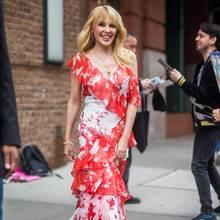 Kylie Minogue in einem rot-weißen Blütenkleid