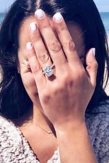 """""""Glee""""-Star Lea Michele hat sich verlobt! Lange hat ihr Freund, Zandy Reich, mit dem Heiratsantrag nicht gewartet - immerhin sind die beiden erst seit Mitte letzten Jahres ein Paar. Offenbar kein Grund für den Unternehmer, beim Verlobungsring zu sparen. Der ist nämlich ziemlich groß und funkelnd, wie ein Instagram-Foto der glücklichen Schauspielerin zeigt."""
