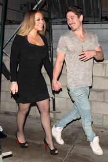 Mariah Carey und ihr Freund Bryan Tanaka zeigen sich in bester Laune: Hand in Hand schlendern sie nach einem Dinner zurück zum Auto. Mariah präsentiert ihre neu erschlankte Figur in einem engen schwarzen Kleid und trägt schwarze Louboutin-Peeptoes. Bryan mag es eher lässig und entscheidet sich für Jeans, T-Shirt und Sneaker.