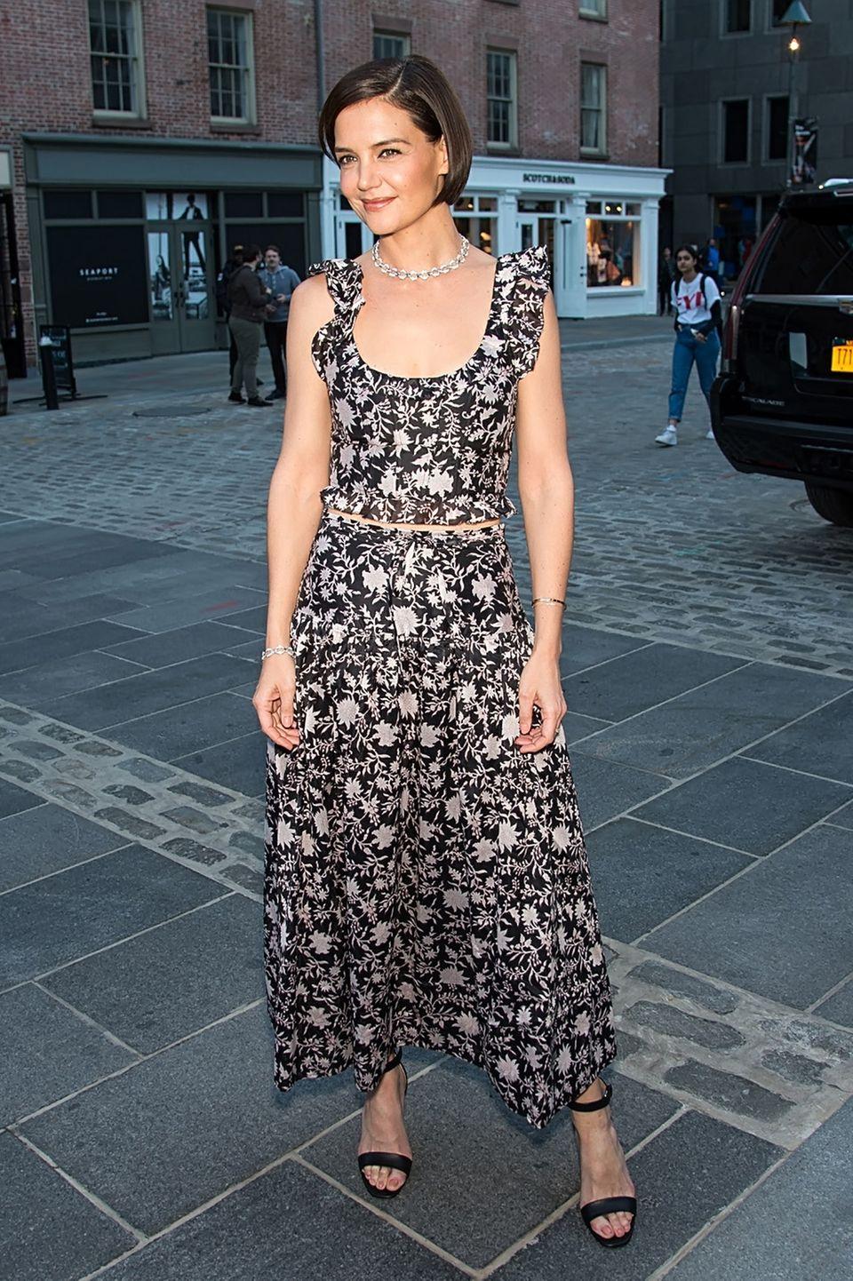 Was für ein Auftritt, Katie! Sommerlich im floralen Zweiteiler gekleidet besucht Katie Holmes das Bulgari-Event während des Tribeca-Filmfestivals und bezaubert damit die anderen Gäste auf ganzer Linie.