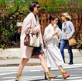 Kurze Zeit vorher zeigen sich Suri und Mama Katie Holmes bei einem gemeinsamen Spaziergang durch die sonnigen Straßen New Yorks. Auch Katie entscheidet sich für die Kleid-Boots-Kombi.