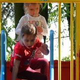 Soles und Celestes gemütliche Kleidung ist perfekt für die ausgiebige Nutzung von Rutschen und anderen Spielgeräten.