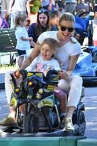 Gute-Laune-Garantie! Michelle Hunziker und ihre jüngste Tochter Celeste haben im sommerlichen hellen Look mächtig viel Spaß auf dem Rummelplatz.