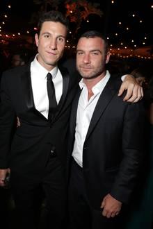 """Kein geringer als Star-Schauspieler Liev Schreiber, der in Kino-Produktionen wie: """"Der Manchurian Kandidat"""", """"X-Men Origins: Wolverine"""" und """"Spotlight"""" brilliert hat, gratuliert seinem Halbbruder Pablo Schreiber, ebenfalls Schauspieler, zum Geburtstag."""