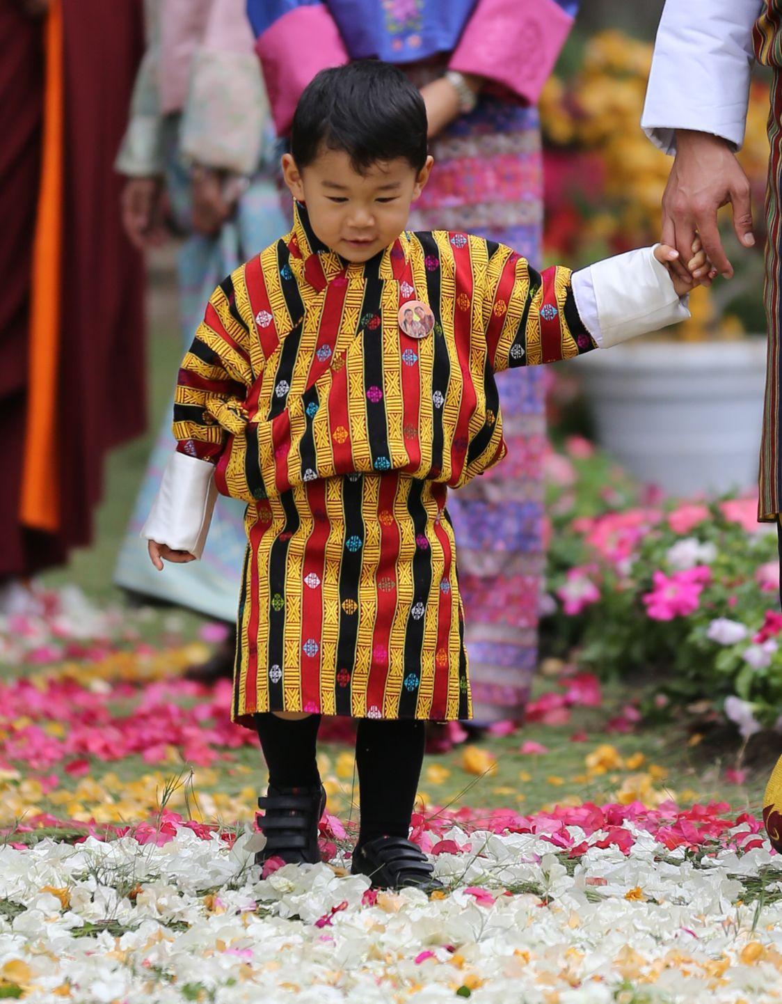 25. April 2018  Gerade mal zwei Jahre alt ist der Kronprinz Jigme von Bhutan. Und schon übernimmt der Kleine große Aufgaben. In bunter Tracht verzaubert der kleine Prinz bei der Blumenausstellung in Punakha das Volk.