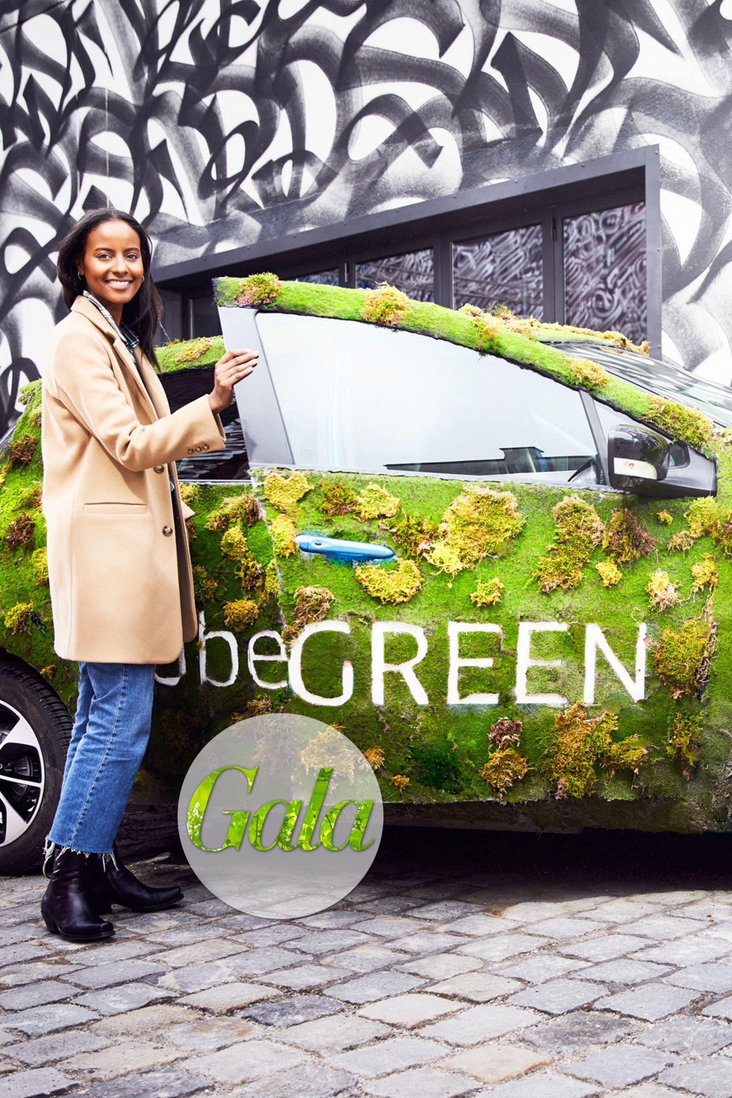 Weniger Emissionen bei maximaler Flexibilität: Die Fahrservice-App uber bietet nun auch Fahrten mit Elektrofahrzeugen an. Nicht nur Model Sara Nuru ist von uberGREEN begeistert!