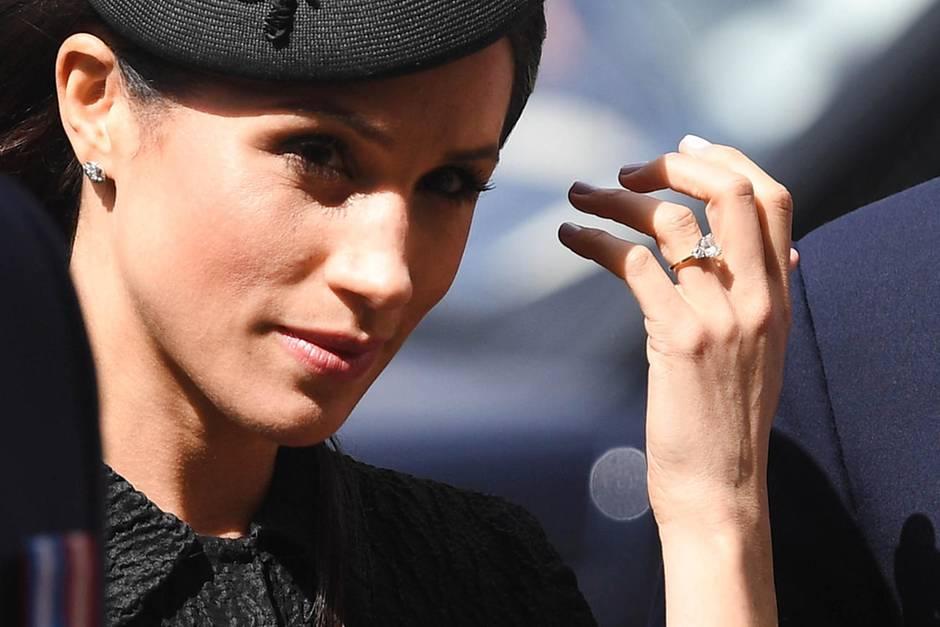 Meghan Markles Verlobungsring ist nicht das einzige Stück, das an ihr ziemlich wertvoll ist. Sie trägt gerne auch Ohrstecker von Cartier - Preis aus Anfrage.