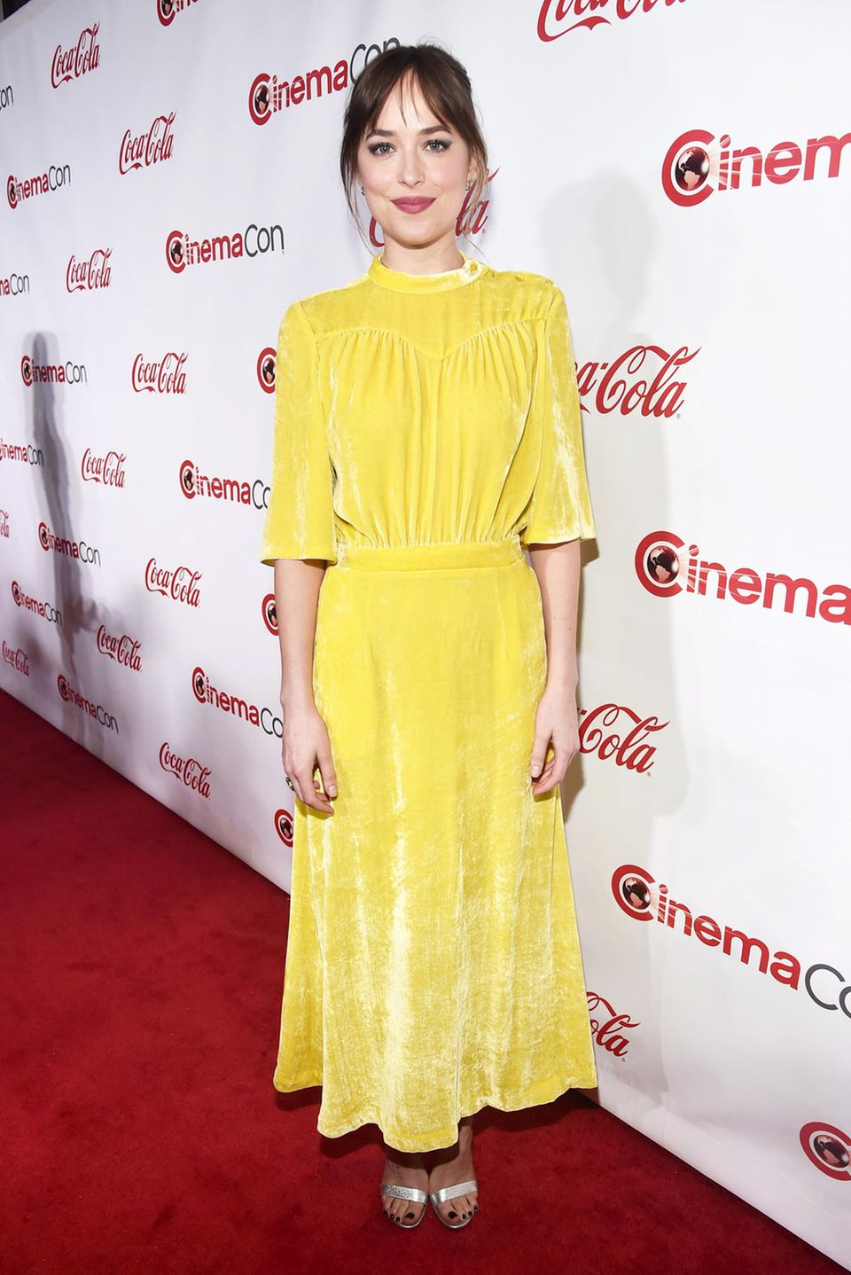 Sonnig in Samt: Dakota Johnson leuchtet bei den Big Screen Achievement Awards der CinemaCon in einem Kleid von Attico.