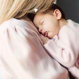 27. April 2018  An Mamas Brust kuschelt es sich doch am schönsten: Behutsam trägt Prinzessin Madeleine Töchterchen Prinzessin Adrienne auf dem Arm. Besonders auffällig ist, dass Mama und Kind im Partnerlook sind und die Mini-Royal ein rosa Jäckchen trägt. Niedlich!