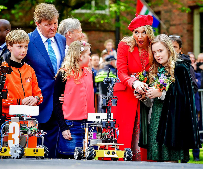 27. April 2018   Da staunt Mutter Máxima nicht schlecht, als Tochter Ariane den Roboter steuert.