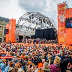 27. April 2018  Eine Stadt in Orange: Auf der großen Bühne in Groningen lässt sich Geburtstagskind König Willem-Alexander feiern.