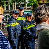 26. April 2018  Die Vorbereitungen in Groningen für den morgigen Königstag laufen auf Hochtouren. Hoffen wir, dass die Polizei nicht viel zu tun haben wird und weiter so fröhlich lächeln kann.