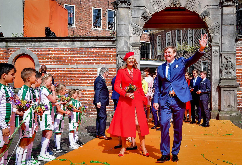 27. April 2018  Bei ihrer Ankunft strahlen Königin Máxima und König Willem-Alexander um die Wette.