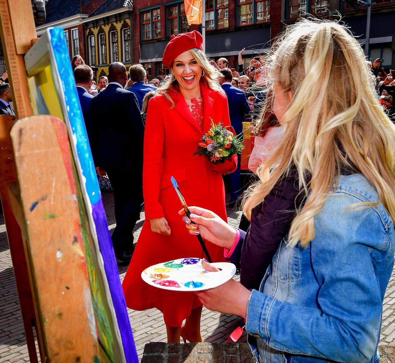 27. April 2018  Königin Máxima begrüßt eine Künstlerin.