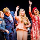 27. April 2018   König Willem-Alexander, seine Frau Máxima und ihre Töchter lassen sich auf der Bühne feiern. Der Königstag in Groningen ist ein voller Erfolg.