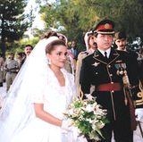 """Prinz Abdullah bin Al-Hussein und Rania von Jordanien  Prinz Abdullah lernt Rania zum ersten Mal bei einer Dinnerparty, die seine Schwester veranstaltet, kennen. Zu dieser Zeit arbeitet Rania für die Firma """"Apple"""" im Amman. Nur zwei Monate später verlobt sich das Pärchen. 1999 heiraten die beiden und werden zum Königspaar von Jordanien."""