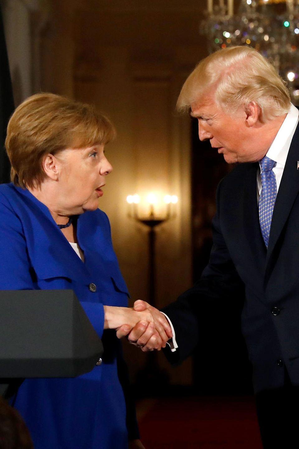 27. April 2018  Bei derPressekonferenz im Weißen Haus schütteln sich Angela Merkel und Donald Trump die Hände. Die Kanzlerin guckt dabei etwas irritiert.