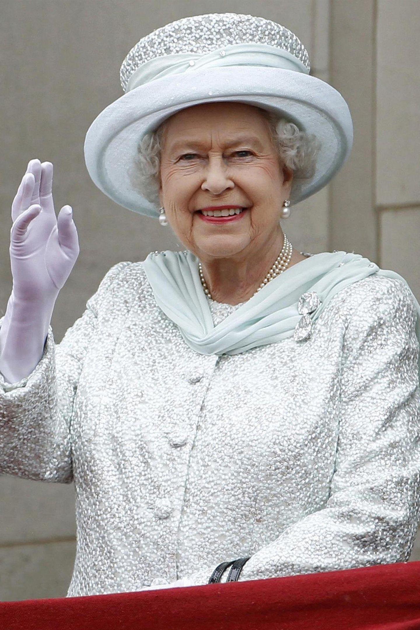 Königin Elizabeth trägt im Alltag zwar öfter Queen Marys Knopf-Ohrringe mit kleinerem Diamanten, die Perl-und Diamant-Ohrringe der Ladies von Devonshire gehören aber auch zu ihren Lieblingsstücken aus der königlichen Schatzkammer. Und dass Catherine sich diese Ohrringe für diesen besonderen Moment ausgesucht hat, ist ein kleiner, aber sehr wertvoller Gruß an die Queen.