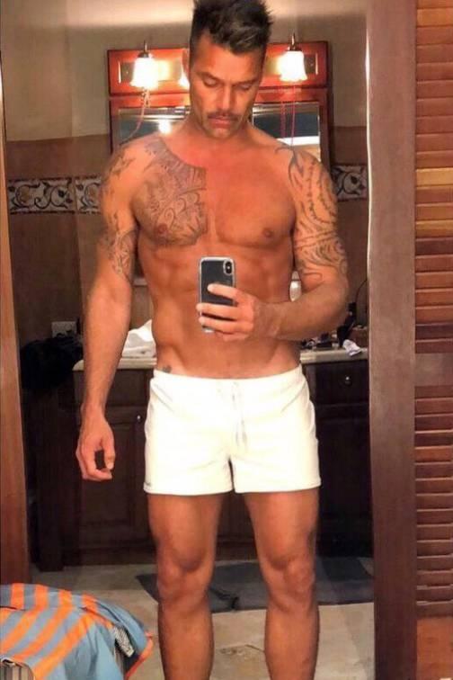 Auf diesem sexy Spiegel-Selfie präsentiert Ricky Martin nicht nur seine knappen Shorts, sondern vor allem seinen durchtrainierten Body. Mit 46 Jahren kann der Sänger immer noch ohne Probleme mit der jungen Konkurrenz mithalten.