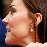 """An ihren royalen Ohren funkeln nämlich die Perlenohrringe der Ladies von Devonshire, direkt aus dem Schmuckkästchen von Prinz Louis' Urgroßmutter, der Queen höchstpersönlich. Die Devonshire-Ohrringe waren ein Hochzeitsgeschenk für Queen Mary im Jahr 1893 und werden seitdem zu besonderen Anlässen getragen. Passend zu den Ohrringen gab es ursprünglich noch eine Perlen-und Diamanten-Kette, aus der wurde später das berühmte """"Cambridge Lover's Knot""""-Diadem gefertigt, das auch Prinzessin Dianas königliches Haupt oft zierte."""