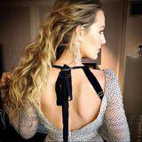 Mit dieser Rückenansicht kann Blake ganz besonders entzücken. Und mit den auffälligen Glamour-Ohrringen von Lorraine Schwartz.