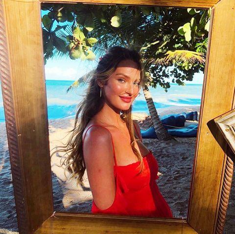 """""""Victoria's Secret""""-Model Candice Swanepoel ist aktuell mit ihrem zweiten Kind schwanger. Auf Instagram postet die gebürtige Südafrikanerin traumhafte Urlaubsbilder - inklusive Babykugel."""